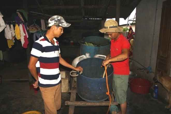 Quang Tri han nang, dan mua nuoc gieng 120.000 dong/m3 hinh anh 1 Bị cắt nước liên tục, người dân thị trấn Khe Sanh phải đi mua nước với giá 120.000/m3 để sinh hoạt.