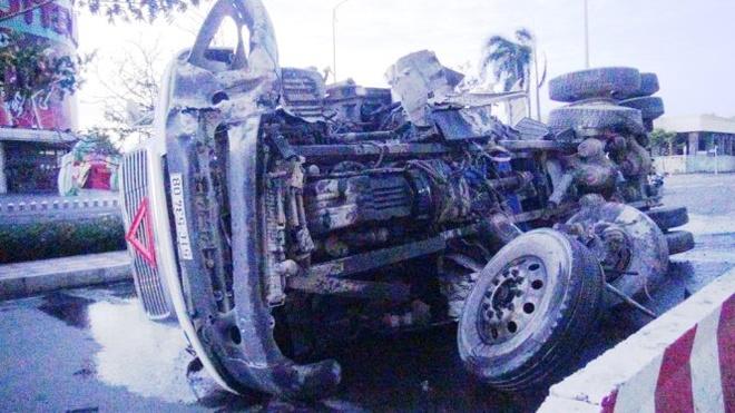 Xe dau keo lat ngang duong sau tieng no lon hinh anh 2 Trục trước của xe bị gãy rời.