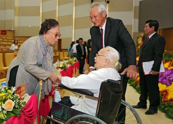 Nguyên phó chủ tịch nước Nguyễn Thị Bình và bà Ngô Thị Huệ (phu nhân cố Tổng bí thư Nguyễn Văn Linh) tại lễ kỷ niệm.