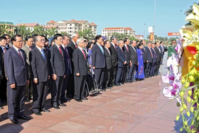 Le ky niem 100 nam ngay sinh co Tong bi thu Nguyen Van Linh hinh anh 1 Các vị lãnh đạo Đảng, Nhà nước trong lễ dâng hoa tại tượng đài Tổng bí thư Nguyễn Văn Linh.