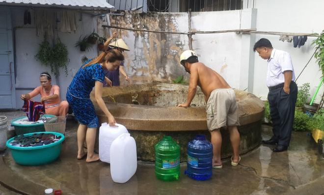 Rach Gia: Vet gieng co tram nam tuoi de giai con 'khat' hinh anh 3 Những giếng khoan tay nước ngả vàng màu phèn và tanh nồng mùi tạp chất đã bị bỏ quên tới rỉ sét, mục nát, đất cát bịt kín hàng chục năm nay cũng được tái sinh và trở nên đắc dụng hơn bao giờ hết.  Trong khi hàng loạt nhà hàng, quán xá, tiệm giặt ủi, cơ sở sản xuất nước tinh khiết, khách sạn ngưng hoạt động vì hết nước, thì các cơ sở kinh doanh dụng cụ chứa nước lại được dịp ăn nên làm ra.