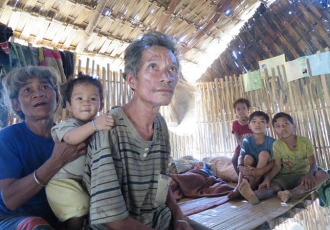 Gia đình ông Hồ Văn Sanh lo lắng do vừa mất hai người vì căn bệnh, và một đứa con cũng đang có dấu hiệu mắc bệnh này.