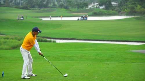 Pho tong giam doc EVN mien Bac choi golf trong gio lam viec hinh anh