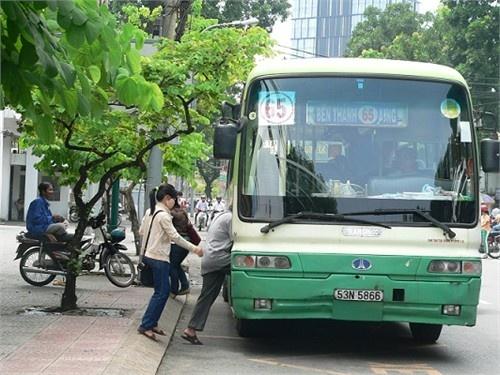 Tai xe xe buyt tra lai vang cho hanh khach hinh anh