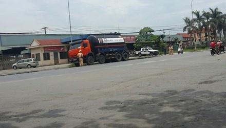 CSGT kiem tra xe qua tai 'sieu toc' hinh anh 1 Tổ CSGT làm việc tại Cảng Vật Cách luôn có các thanh niên áo đen ở bên cạnh.