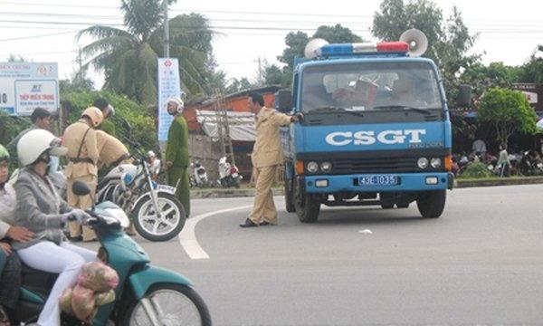 'Chuyen la' ve canh sat giao thong Da Nang hinh anh 2 CSGT và thanh tra giao thông TP Hải Phòng phối hợp kiểm tra xe tải có dấu hiệu quá tải.