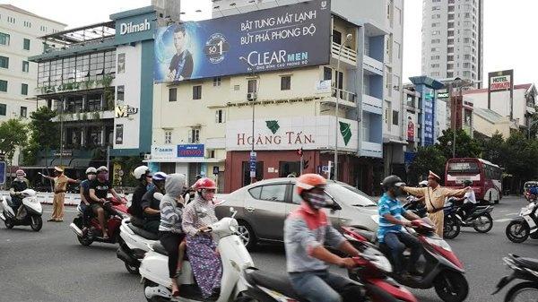 'Chuyen la' ve canh sat giao thong Da Nang hinh anh 1 CSGT Đà Nẵng không những không xử phạt mà còn tận tình chỉ dẫn cho lái xe đi đúng đường trong thành phố.