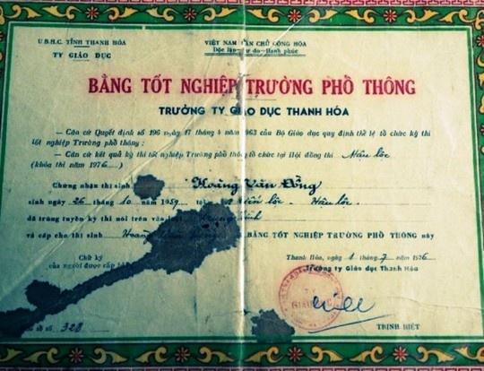 """Bằng tốt nghiệp ghi tên ông Hoàng Văn Công được ông Hoàng Văn Đồng (em rể ông Công) """"phù phép"""" thành bằng của mình."""