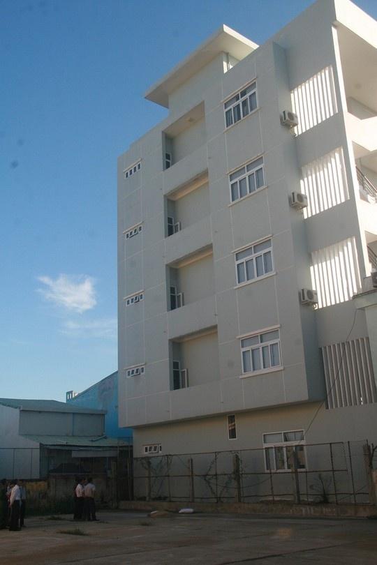 Pho phong cong ty xo so chet trong So GD-DT Quang Nam hinh anh 2 Nhiều người nhận định có thể nạn nhân rơi từ một trong các tầng nhà mình đang làm việc.