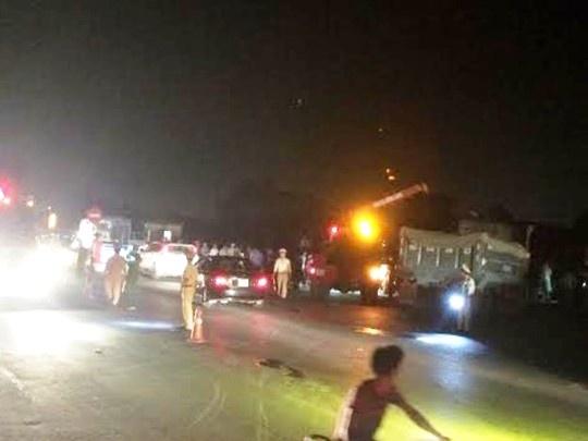 Tau hoa tong 3 nguoi tren xe tai vang 10 m hinh anh 2 Hiện trường vụ tai nạn khiến 3 người bị tàu hỏa tông văng khỏi xe tải.