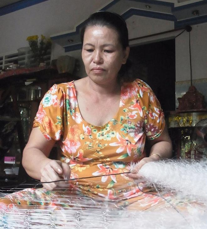 """Nhung ty phu het tien o Phu Quoc hinh anh 3 Số tiền tỉ từ bán đất không còn, bà Bạch Chí hằng ngày kiếm """"bạc cắc"""" từ công việc kết chì cho lưới ghẹ ."""