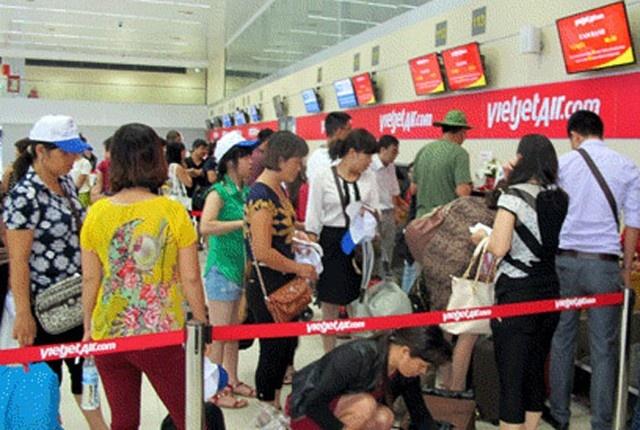 Khach xe rach ao nhan vien hang khong o san bay Noi Bai hinh anh
