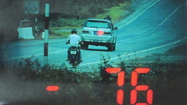 Xe cuu thuong muon lam gi cung duoc? hinh anh 2 Một xe biển số xanh chạy quá tốc độ 36km/giờ được cảnh sát giao thông Công an Quảng Bình ghi lại hình ảnh và phạt nguội.