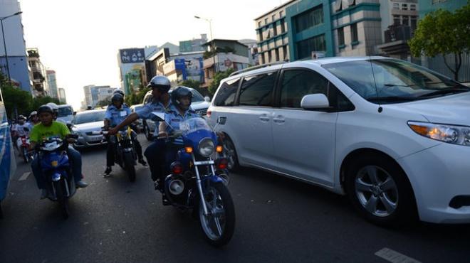 Xe cuu thuong muon lam gi cung duoc? hinh anh 3 Vệ sĩ của Công ty T&T Security đi môtô giơ gậy dẹp đường (?!) bảo vệ cho đoàn xe của Nick Vujicic.