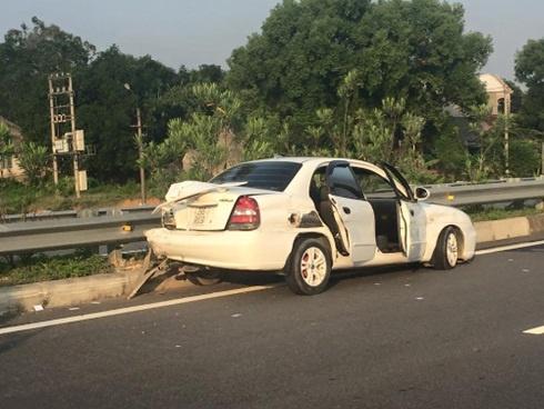 Tai xe Audi gay tai nan chet nguoi tren cao toc trinh dien hinh anh 1 Ô tô 4 chỗ mang BKS 29S - 9809 do người đàn ông tên Tuệ điều khiển bị hư hỏng tại hiện trường sau vụ tai nạn.