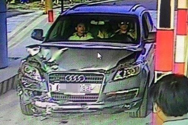 Tai xe Audi gay tai nan chet nguoi tren cao toc trinh dien hinh anh 2 hiếc xe Audi mang BKS 29A-657.88 do tài xế Trần Văn Giáp điều khiển rời khỏi hiện trường được camera tại trạm thu phí ghi lại