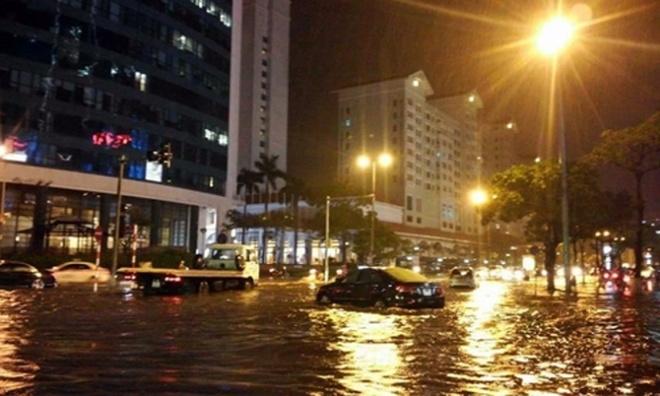 Bi kip lai oto, xe may qua vung ngap nuoc hinh anh 1 Hà Nội ngập nặng khiến nhiều ô tô gặp nguy tối 26/8.