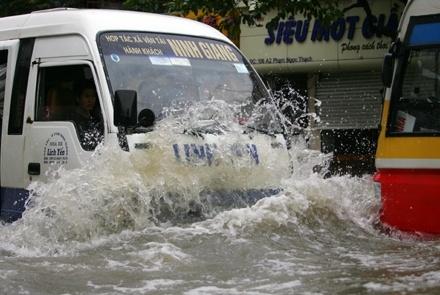 Bi kip lai oto, xe may qua vung ngap nuoc hinh anh 2 Tránh đi vào vùng nước ngập quá cao.