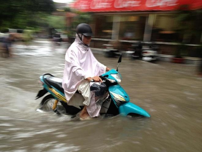 Bi kip lai oto, xe may qua vung ngap nuoc hinh anh 3 Đi chậm và về số thấp sẽ giúp xe máy của bạn vượt qua vùng ngập nước.