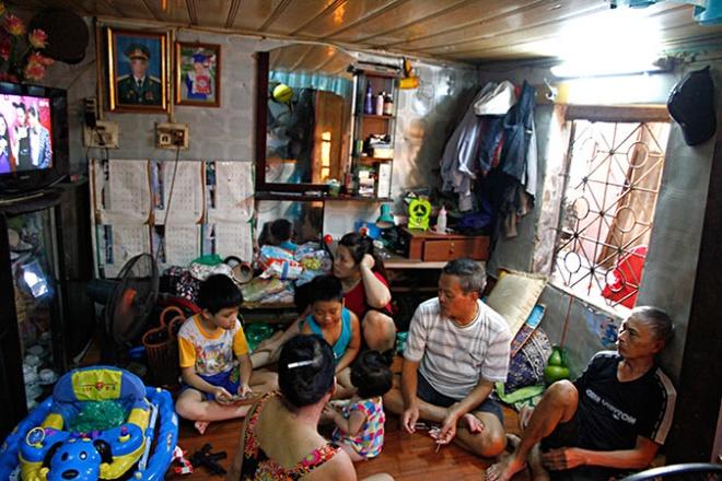 45 nam 'song treo' giua thu do hinh anh 1 Tám người thuộc ba thế hệ gia đình ông Nguyễn Văn Xuân phải sống trong căn nhà 12 mét vuông.
