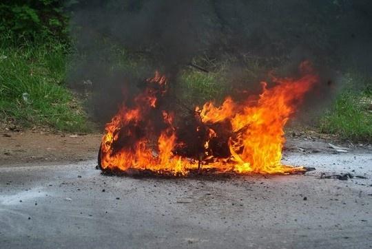 Co gai khoc nuc no ben chiec xe ga chay ngun ngut hinh anh 1 Chiếc xe máy tay ga bốc khói sau đó ngọn lửa bùng lên dữ dội - Ảnh: Otofun