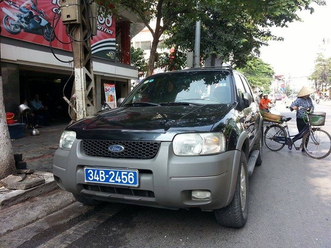 Canh sat truy duoi xe Tinh uy Hai Duong pham luat hinh anh