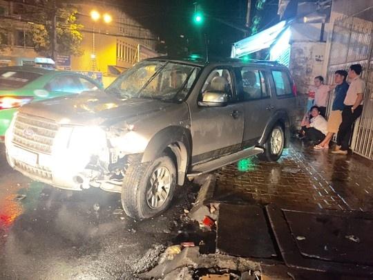 Xe lat, tai xe 'bien mat' bo mac nguoi trong xe hinh anh 1 Chiếc xe sau khi tự gây tai nạn được người dân cứu người ra khỏi xe, còn tài xế thì biến mất.