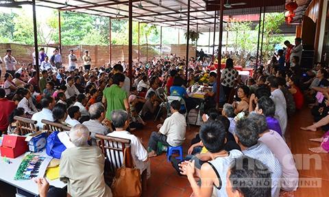 Ben trong khu tam quat chua ba benh cua 'Thanh Co' hinh anh 1 Hàng trăm người bệnh tìm đến nhà bà Phú để đợi tẩm quất.