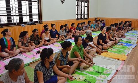 Ben trong khu tam quat chua ba benh cua 'Thanh Co' hinh anh 6 Hàng chục người bệnh đợi được bà Phú tẩm quất.