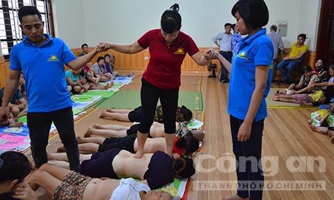 Ben trong khu tam quat chua ba benh cua 'Thanh Co' hinh anh 7 Mỗi ngày có khoảng 200 người được bà Phú dẫm lên lưng để trị bệnh.