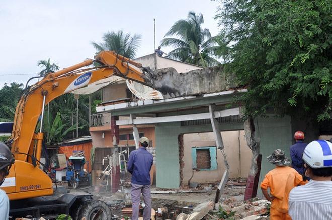 Cuong che, thu hoi mat bang cho du an metro hinh anh 1 Xe công cụ của lực lượng cưỡng chế đang tháo dỡ một căn nhà để thu hồi đất.