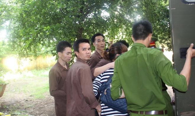 Bang trom dot nhap tiem vang Ngoc Dung lanh an hinh anh 1 Các bị cáo trong nhóm trộm vàng bị áp giải về trại giam sau phiên tòa.