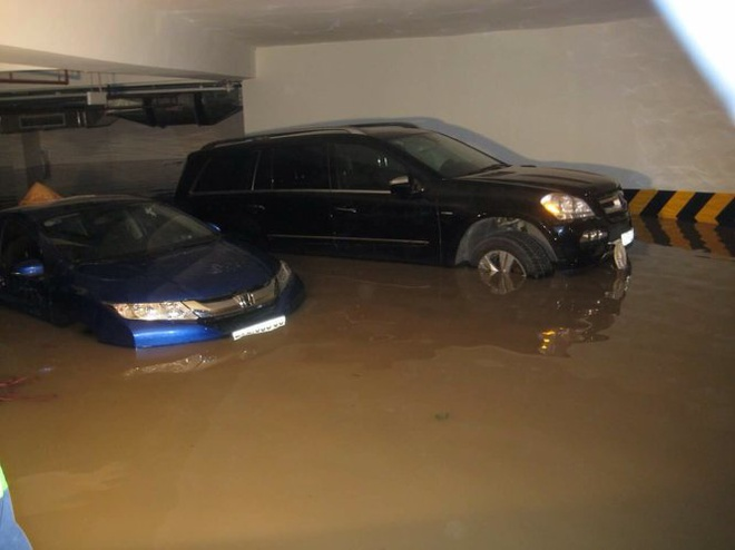 Nước ngập trong hầm giữ xe chung cư Green Hills.