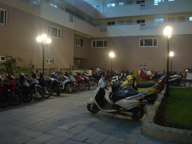 Đến tối ngày 23/9, nhiều xe máy vẫn để bên ngoài, chưa được vào hầm giữ xe.