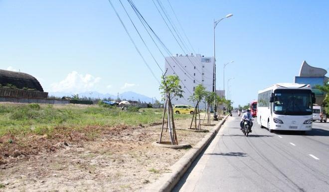 Vi sao nguoi noi tieng Trung Quoc o at mua dat VN? hinh anh 1 Dải đất được chính quyền Đà Nẵng cảnh báo đang có hiện tượng người nước ngoài đứng sau lưng người Việt để mua đất.