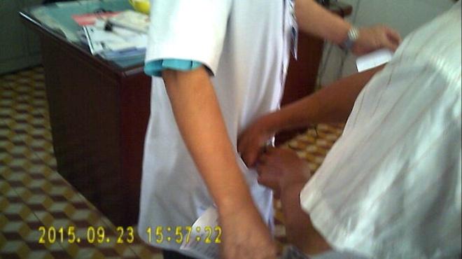 Kiem diem bac si vu chi tien de duoc giam dinh thuong tat hinh anh 1 Người đi giám định thương tật chi tiền cho bác sĩ.