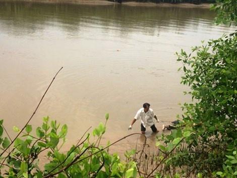Phat hien mot thi the bi phan huy tren song Phuoc Long hinh anh 1 Người dân đã phát hiện thi thể người đàn ông đang phân hủy nổi trên sông.