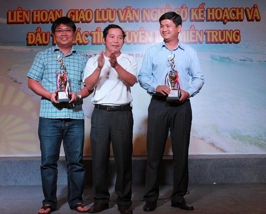 Ong Le Phuoc Thanh: 'Toi muon co cong bo dung sai ro rang' hinh anh 2 Ông Lê Phước Hoài Bảo (bìa phải) được bổ nhiệm giám đốc sở ở tuổi 30 Ảnh: Sở Kế hoạch - Đầu tư Quảng Nam.
