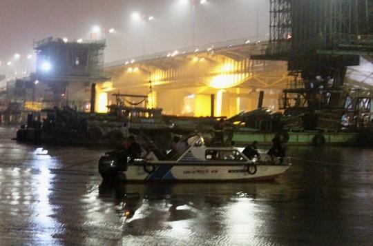 Co gai bat ngo nhay cau Sai Gon tu tu hinh anh 1 Lực lượng chức năng nỗ lực cứu hộ trong đêm mưa.