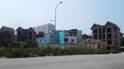 """'Xa hoi den' bao thau cong trinh sai phep? hinh anh 2 Ngôi nhà xây trái phép """"mọc"""" giữa hai biệt thự của dự án Khu đô thị Cầu Bươu."""