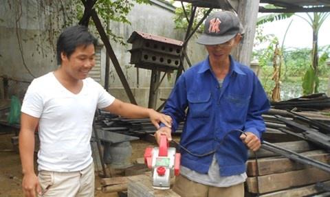 Qua khu loi lam cua ty phu nha ruong hinh anh 1 Anh Huy nay là thợ phục dựng nhà rường có tiếng.