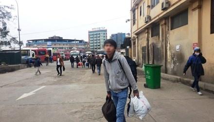 Giam doc So 'thach do' Bo truong Thang: Luat su len tieng hinh anh 1 Nếu không loai bo tiêu cực, người chịu hậu quả cuối cùng là hành khách (ảnh chụp tại bến xe Mỹ Đình).
