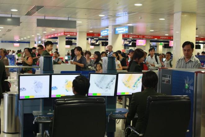 Soi chiếu an ninh hàng không tại sân bay quốc tế Tân Sơn Nhất.