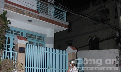 Nguoi dan ong chet o tu the troi tay, mieng dan bang keo hinh anh 1 Căn nhà ba tầng nơi phát hiện vụ án mạng.