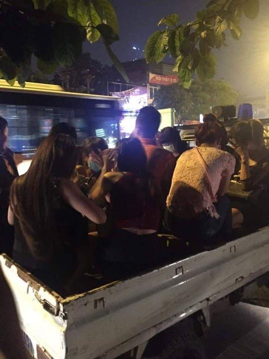 Bat 2 thanh nien dau tran cho 8 co gai toi quan karaoke hinh anh 1 Đưa người vi phạm về trụ sở Công an phường Quan Hoa để tiếp tục điều tra.