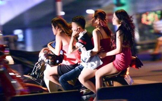 Bat 2 thanh nien dau tran cho 8 co gai toi quan karaoke hinh anh 2 hững hình ảnh như thế này không hiếm trên đường phố Hà Nội.