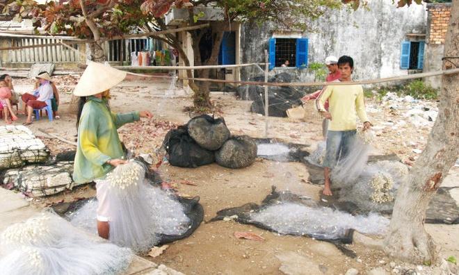 Phai lam phim moi duoc... cong nhan xa dao hinh anh 1 Xóm vá lưới trên đảo An Sơn, huyện đảo Kiên Hải, tỉnh Kiên Giang.