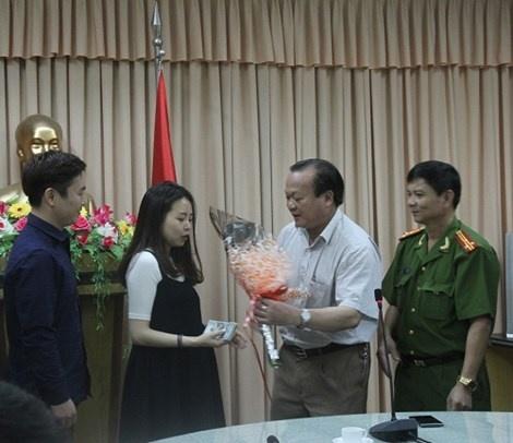Trao tra 1,8 trieu Won va 600 USD cho du khach Han Quoc hinh anh 1 Trao trả lại số tiền cho du khách người Hàn Quốc Lee Kyung Sooe.