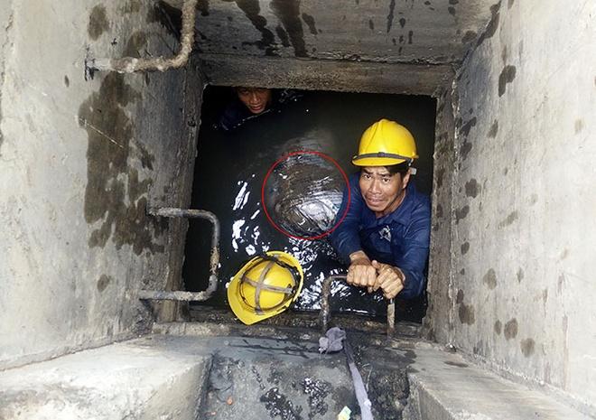 Xu ly thoat nuoc cho san bay Tan Son Nhat hinh anh 1 Bao cát trong cống thoát nước nội bộ sân bay Tân Sơn Nhất được công nhân đưa ra ngoài.