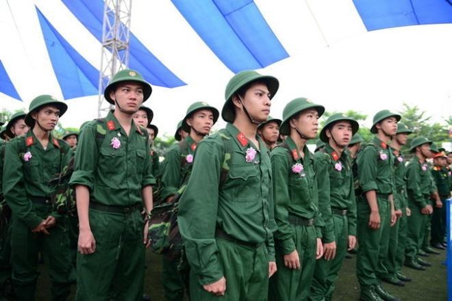 Nam 18-25 tuoi di xa 15 ngay phai khai bao la trai luat? hinh anh 1 Các tân binh tại TP HCM lên đường thực hiện nghĩa vụ quân sự tháng 9/2014.